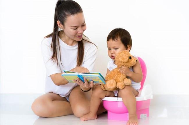 Khi trẻ tập ngồi bô, hãy kiên nhẫn với trẻ