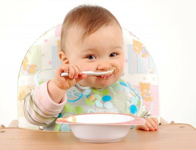 Trẻ ăn dặm quá sớm dễ bị táo bón