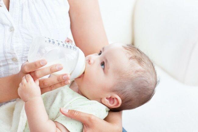 Nếu bé bú sữa công thức bị táo bón hãy cân nhắc đổi sữa cho bé