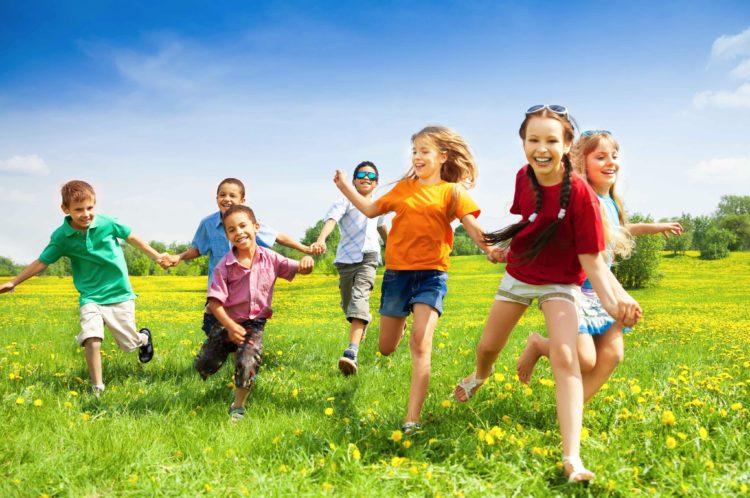 Cha mẹ cần khuyến khích trẻ tham gia các hoạt động ngoài trời