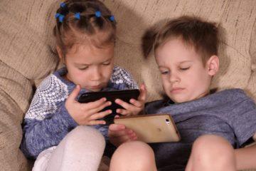 """""""Nghiện"""" thiết bị điện tử khiến trẻ dễ bị táo bón"""