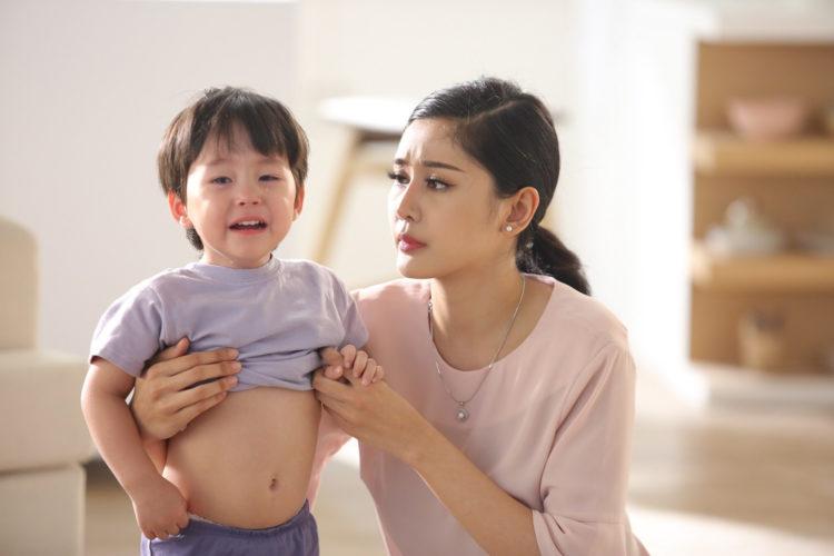 Trẻ bị táo bón kéo dài khiến mẹ lo lắng