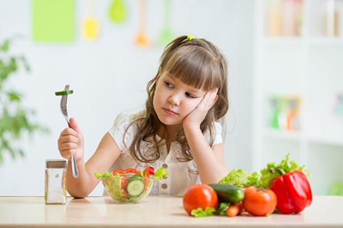 Chế độ dinh dưỡng thiếu chất xơ khiến trẻ dễ bị táo bón