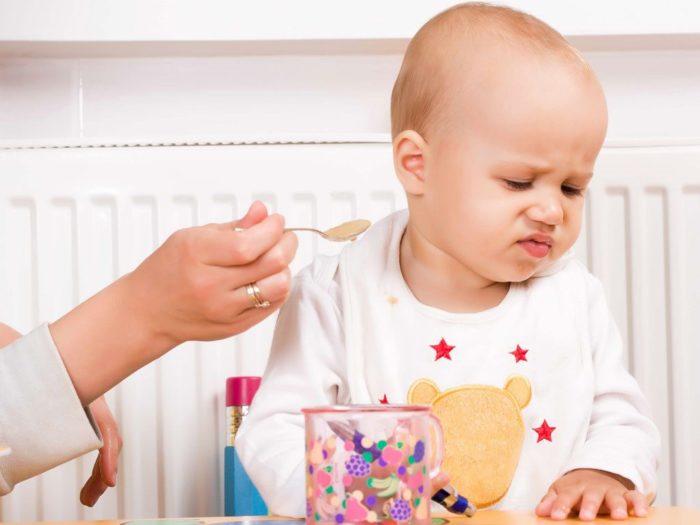Trẻ bị táo bón thường biếng ăn, ăn không ngon miệng