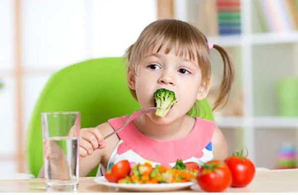 Trẻ nên ăn nhiều rau xanh để giảm táo bón