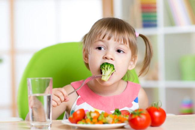 Cha mẹ nên khuyến khích trẻ ăn nhiều rau xanh