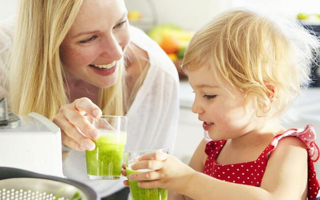 Bí quyết giúp mẹ khuyến khích trẻ uống nước
