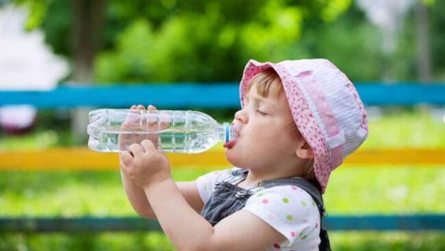 Cho trẻ uống nhiều nước khi bị táo bón giúp trẻ dễ đi hơn