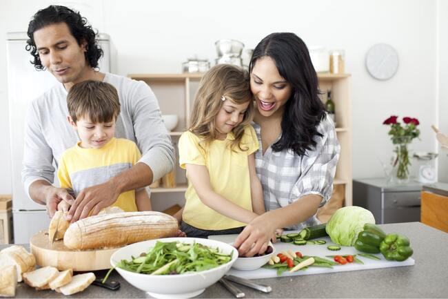 Cùng trẻ tham gia nấu ăn