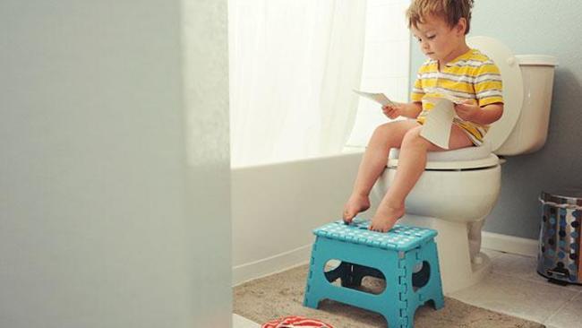 Dùng ghế đẩu để giúp bé kê chân khi ngồi bồn cầu