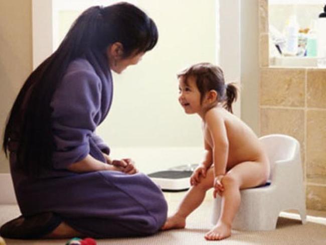 Luôn khen ngợi bé khi bé chịu ngồi bô