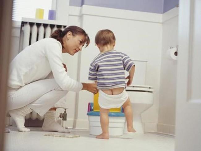 Nhịn đi cầu là một trong các nguyên nhân gây táo bón ở trẻ