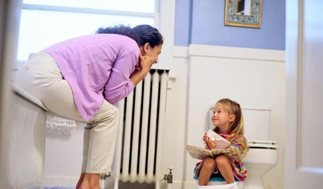Tập cho trẻ thói quen đi cầu để tránh táo bón