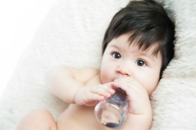 Trẻ dưới 6 tháng tuổi một ngày uống bao nhiêu nước?