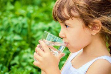 Trẻ uống đủ nước sẽ thúc đẩy quá trình tiêu hóa