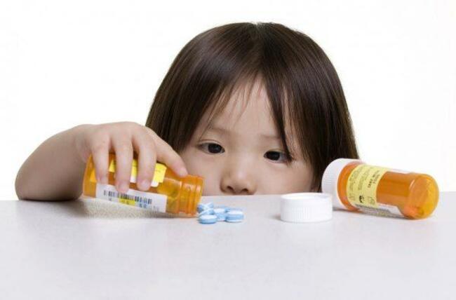 Vì sao trẻ uống kháng sinh dễ bị táo bón?