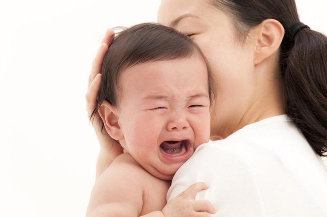Trẻ 3 tháng tuổi bị táo bón do cơ thể thiếu nước